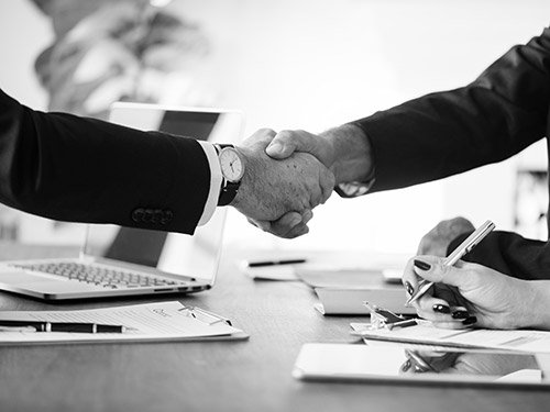 Handdruk sales gesprek