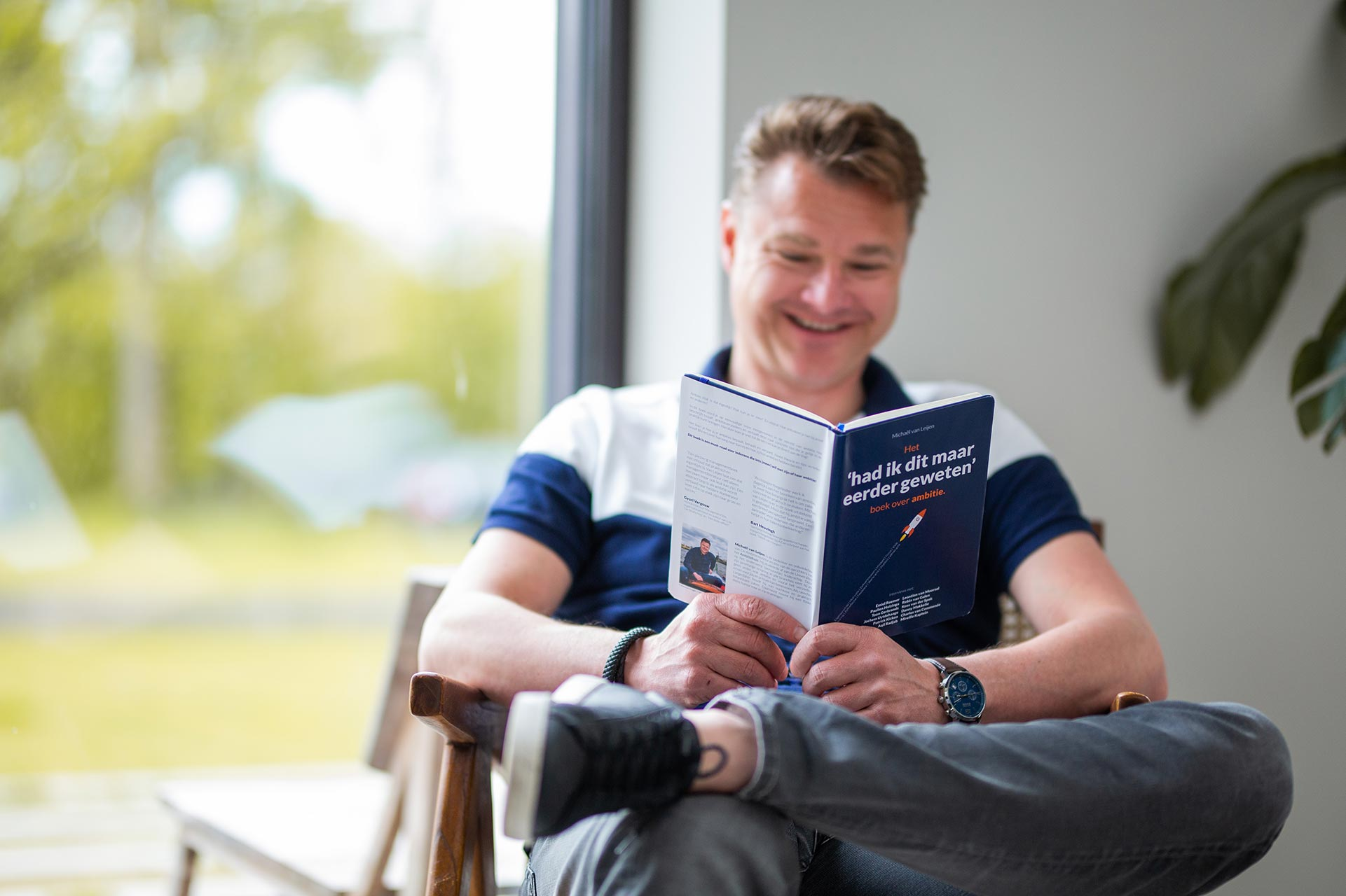 Michäel leest zijn boek